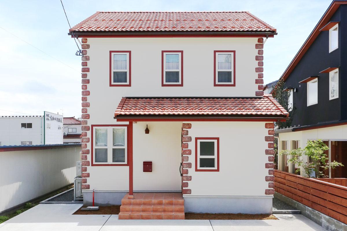 赤い屋根が特徴的なおしゃれでかわいいヨーロッパテイストのmamanのお家。【酒田鶴岡で新築、デザイン住宅、リノベーションの工務店 ナチュラル工房伊藤住宅】