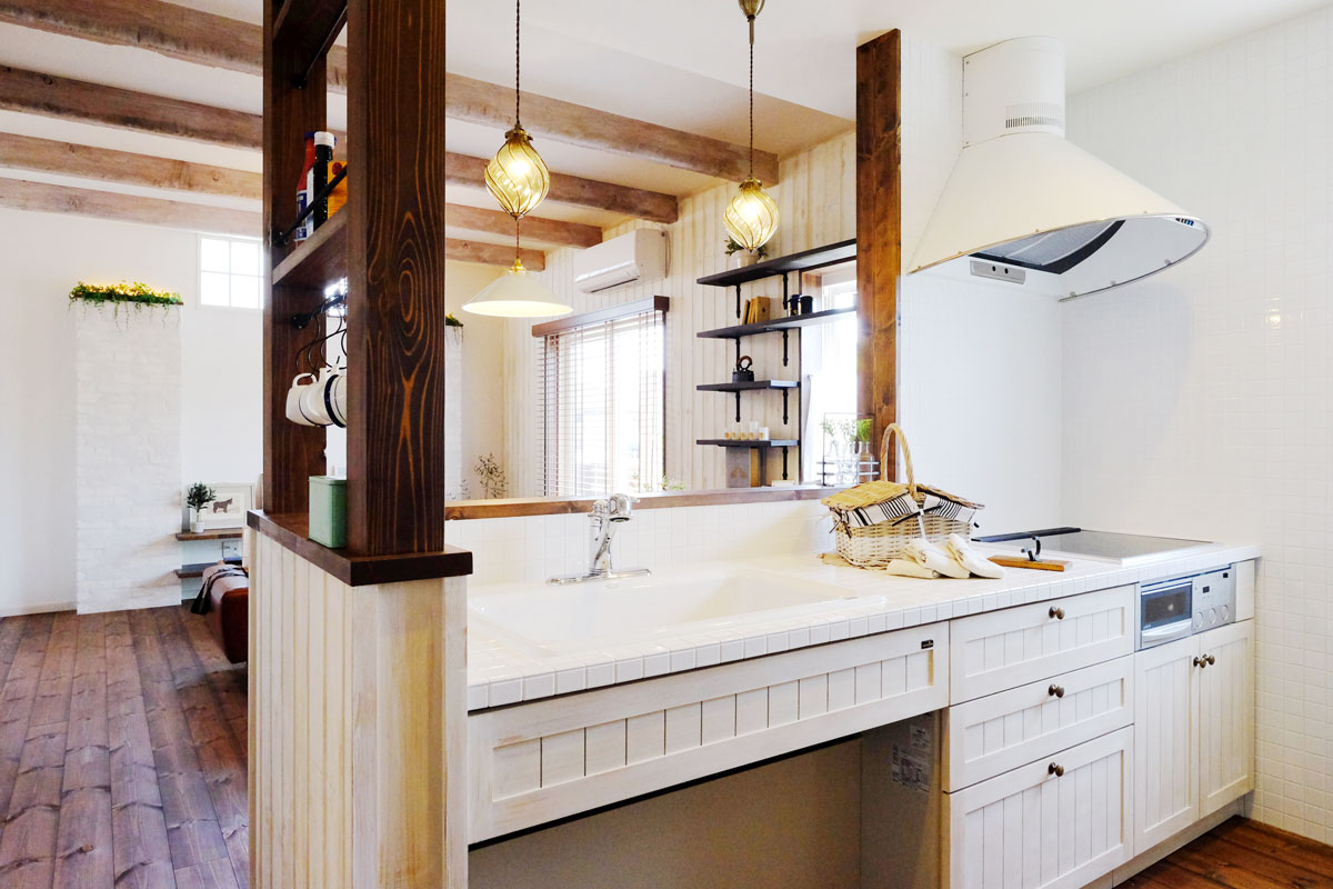 シャビーシックなフレンチスタイルのMamanの家。34Nタイプ。キッチン【酒田鶴岡で新築、デザイン住宅、リノベーションの工務店 ナチュラル工房伊藤住宅】