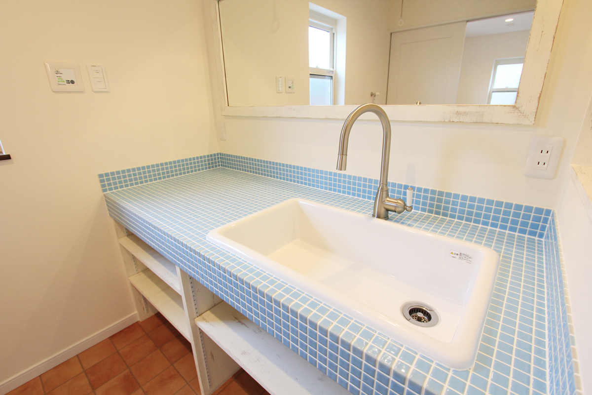 タイル張りやデザイン水栓がおしゃれな造作洗面台。ブルーのタイル。【酒田鶴岡でヨーロッパテイストのおしゃれでかわいいカフェのような新築Mamanの家を手がける工務店 ナチュラル工房伊藤住宅】