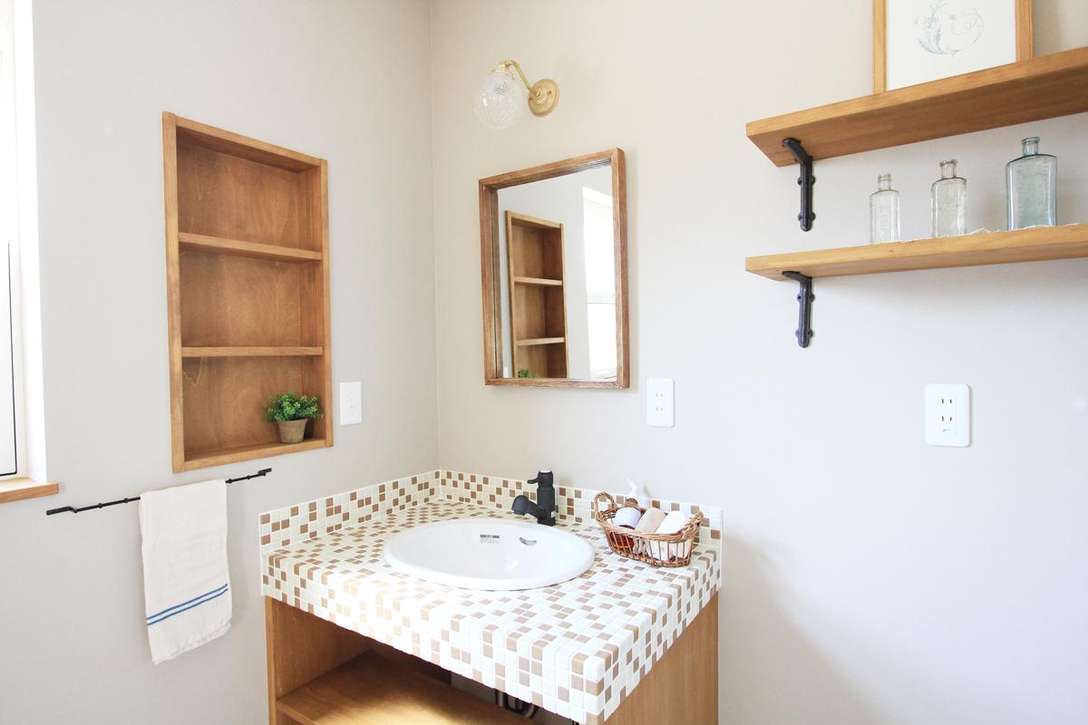 タイル張りやデザイン水栓がおしゃれな造作洗面台。カントリースタイル。【酒田鶴岡でヨーロッパテイストのおしゃれでかわいいカフェのような新築Mamanの家を手がける工務店 ナチュラル工房伊藤住宅】