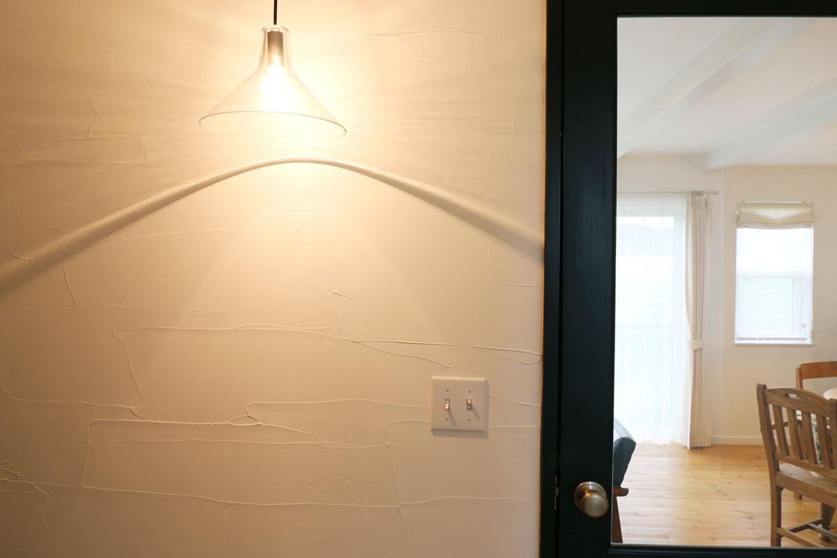 田園に佇むブルーグレーの塗り壁が綺麗な30Sタイプのお家。玄関ライト【酒田鶴岡でヨーロッパテイストのおしゃれでかわいいカフェのような新築Mamanの家を手がける工務店 ナチュラル工房伊藤住宅】