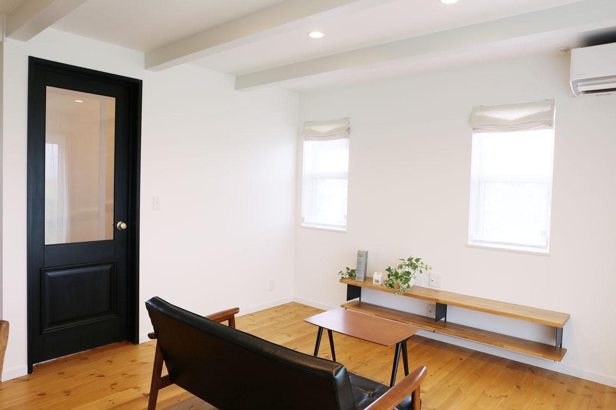 田園に佇むブルーグレーの塗り壁が綺麗な30Sタイプのお家。リビング【酒田鶴岡でヨーロッパテイストのおしゃれでかわいいカフェのような新築Mamanの家を手がける工務店 ナチュラル工房伊藤住宅】