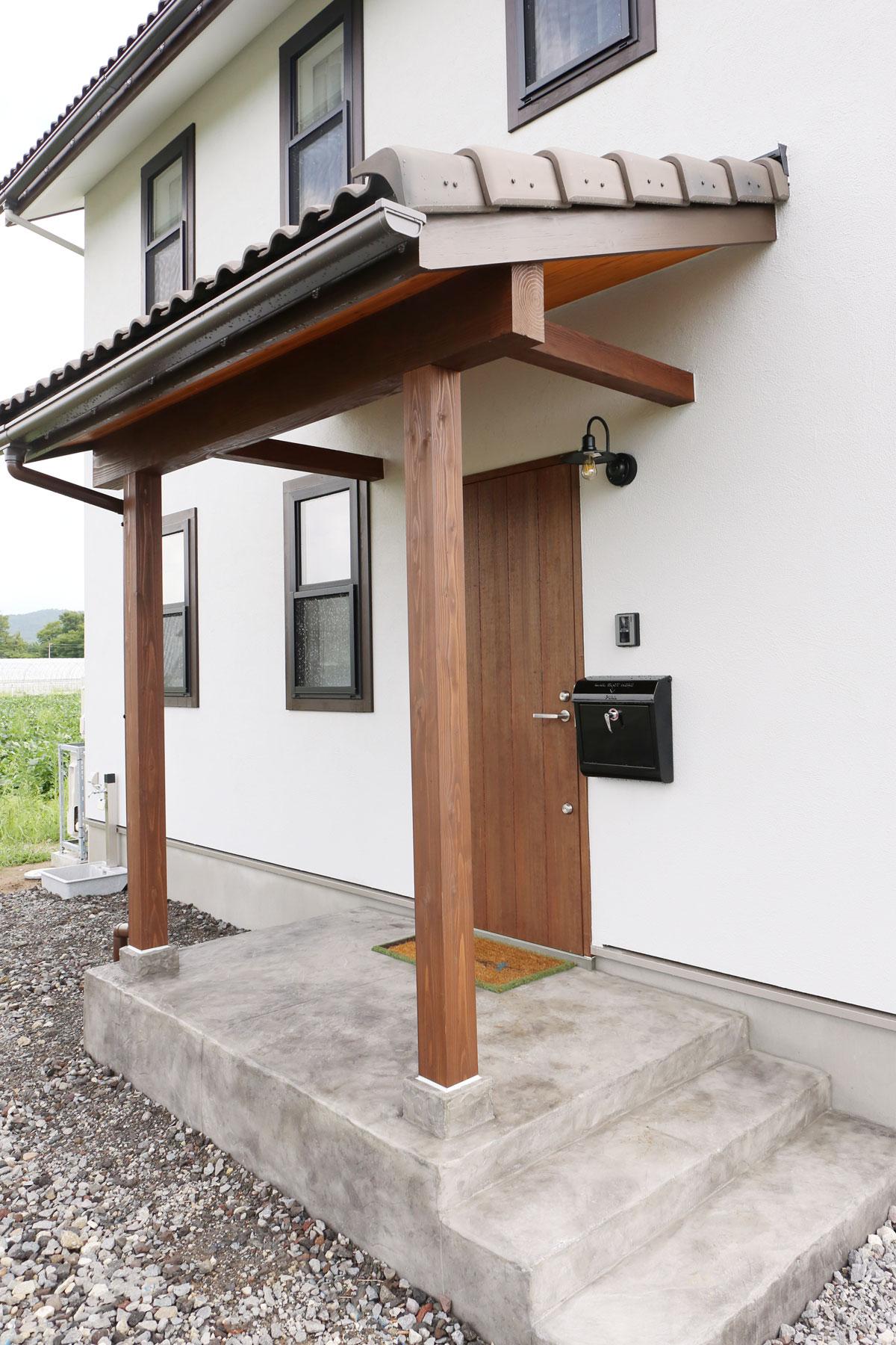 田園に佇むブルーグレーの塗り壁が綺麗な30Sタイプのお家。ポーチ【酒田鶴岡でヨーロッパテイストのおしゃれでかわいいカフェのような新築Mamanの家を手がける工務店 ナチュラル工房伊藤住宅】