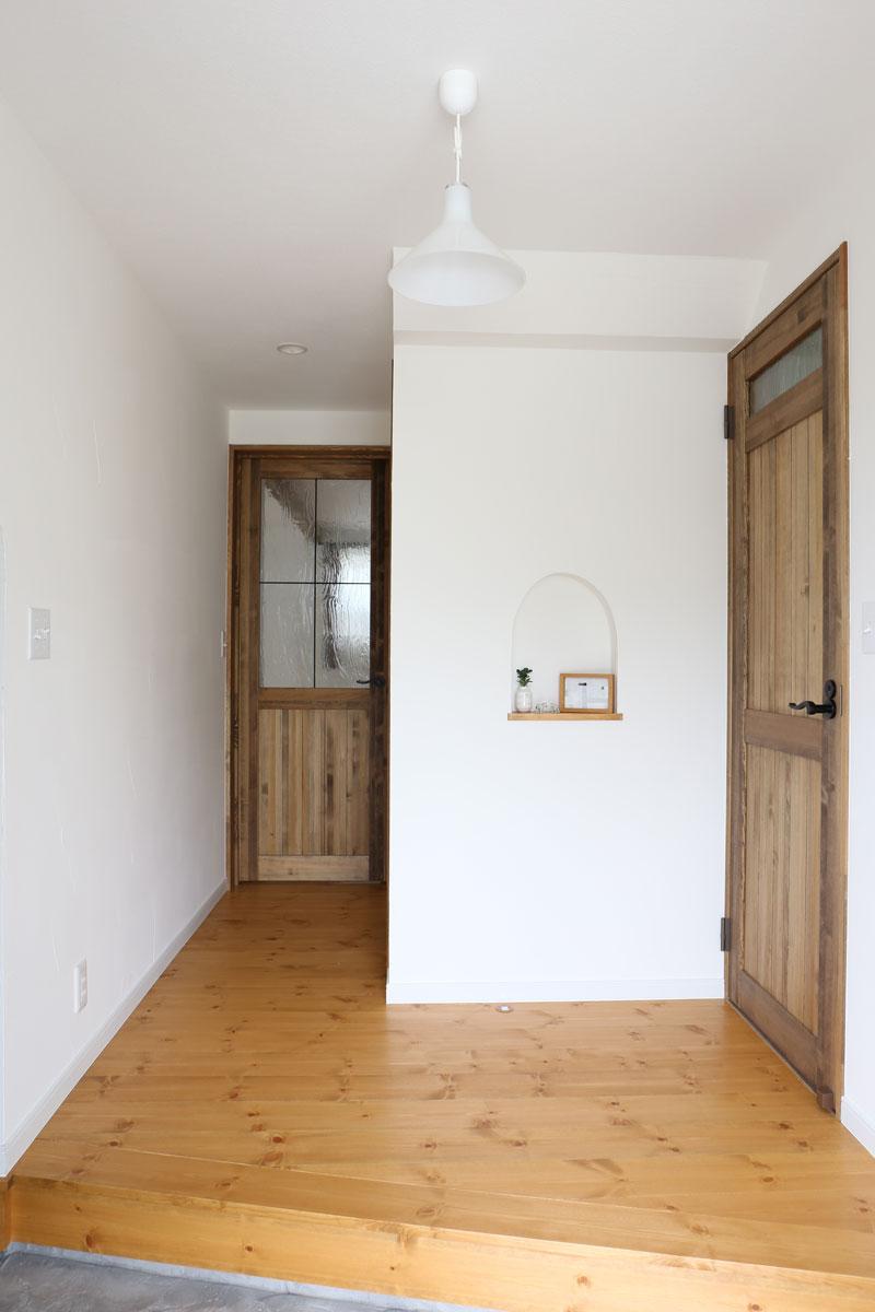 Mamanの家34Nタイプの施工例。玄関。見せ梁やデザインコンクリート、無垢の床などナチュラルテイストに溢れたお家が完成しました。【酒田鶴岡でヨーロッパテイストのおしゃれでかわいいカフェのような新築Mamanの家を手がける工務店 ナチュラル工房伊藤住宅】