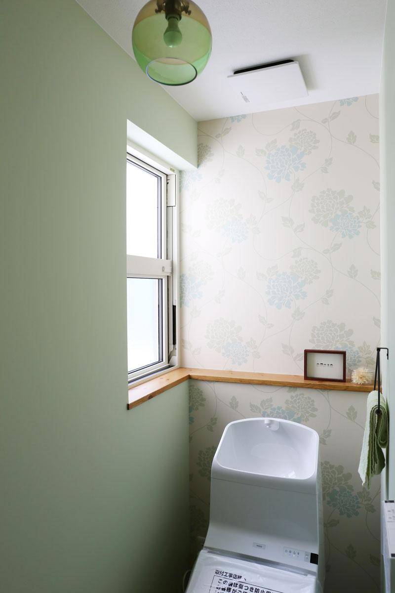 Mamanの家34Nタイプの施工例。トイレ。見せ梁やデザインコンクリート、無垢の床などナチュラルテイストに溢れたお家が完成しました。【酒田鶴岡でヨーロッパテイストのおしゃれでかわいいカフェのような新築Mamanの家を手がける工務店 ナチュラル工房伊藤住宅】