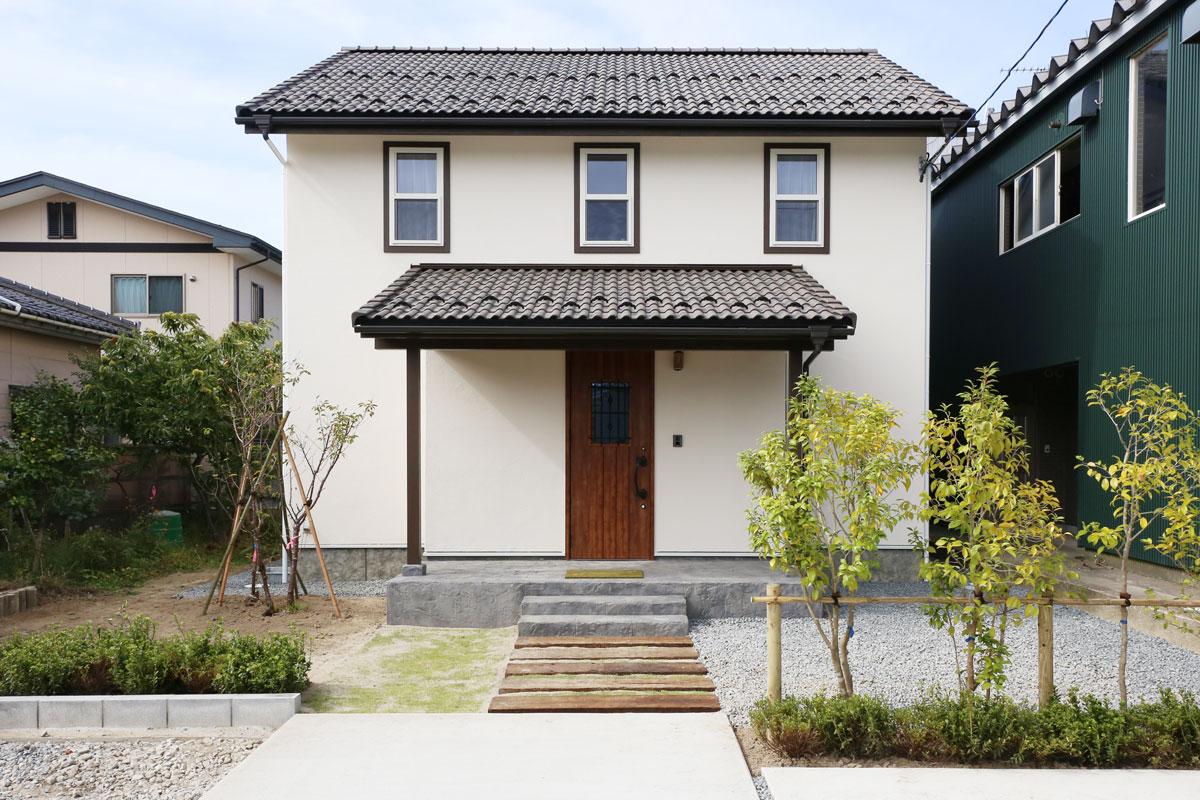 Mamanの家34Nタイプの施工例。外観。見せ梁やデザインコンクリート、無垢の床などナチュラルテイストに溢れたお家が完成しました。【酒田鶴岡でヨーロッパテイストのおしゃれでかわいいカフェのような新築Mamanの家を手がける工務店 ナチュラル工房伊藤住宅】