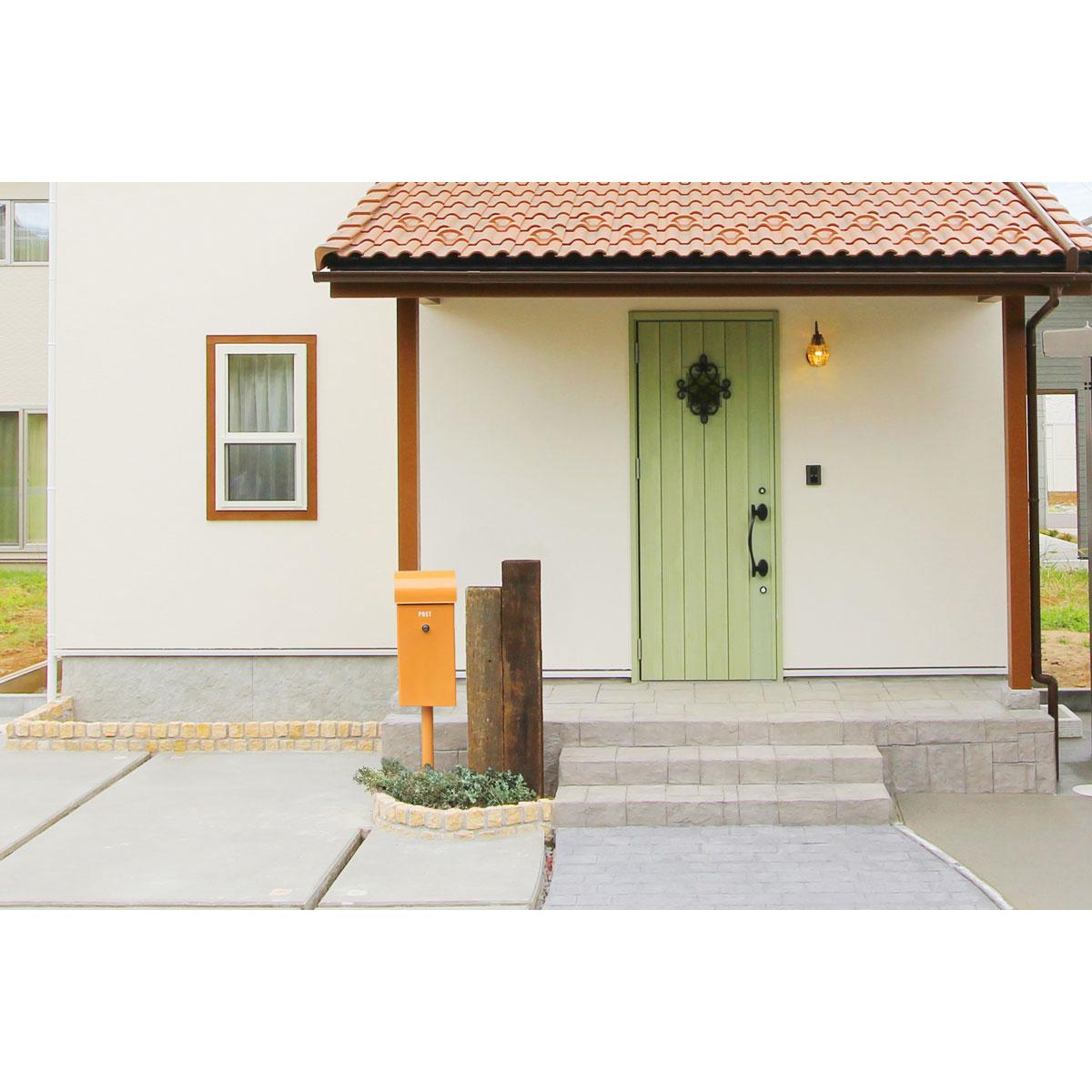 オレンジがアクセントに。玄関のアクセントにもなるメールボックス(ポスト/郵便受け)がかわいいお家を紹介。【酒田鶴岡でヨーロッパテイストのおしゃれでかわいいカフェのような新築Mamanの家を手がける工務店 ナチュラル工房伊藤住宅】