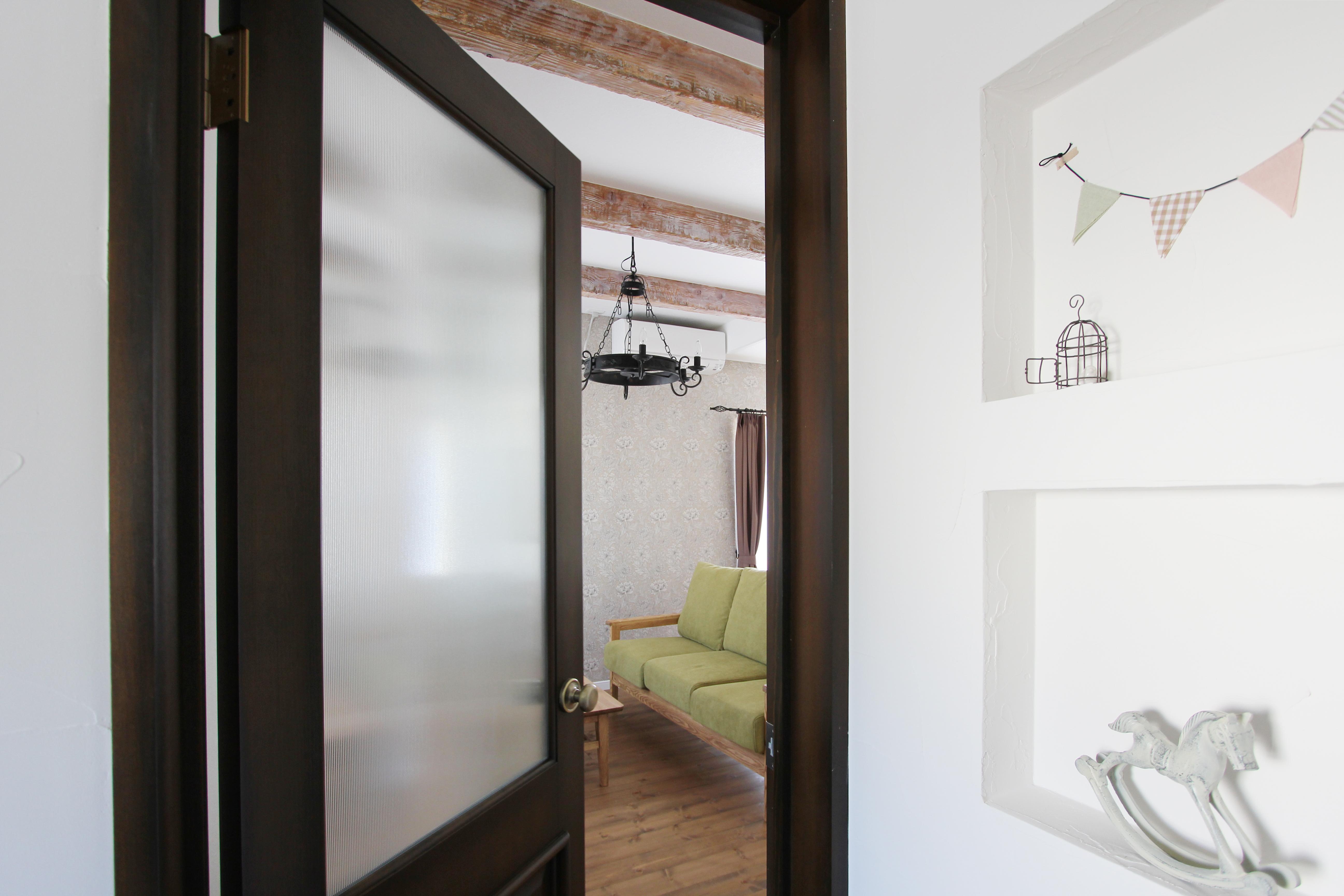 ウィリアム・モリスの壁紙と相性も良いヴィンテージ風のカムホーム ドア