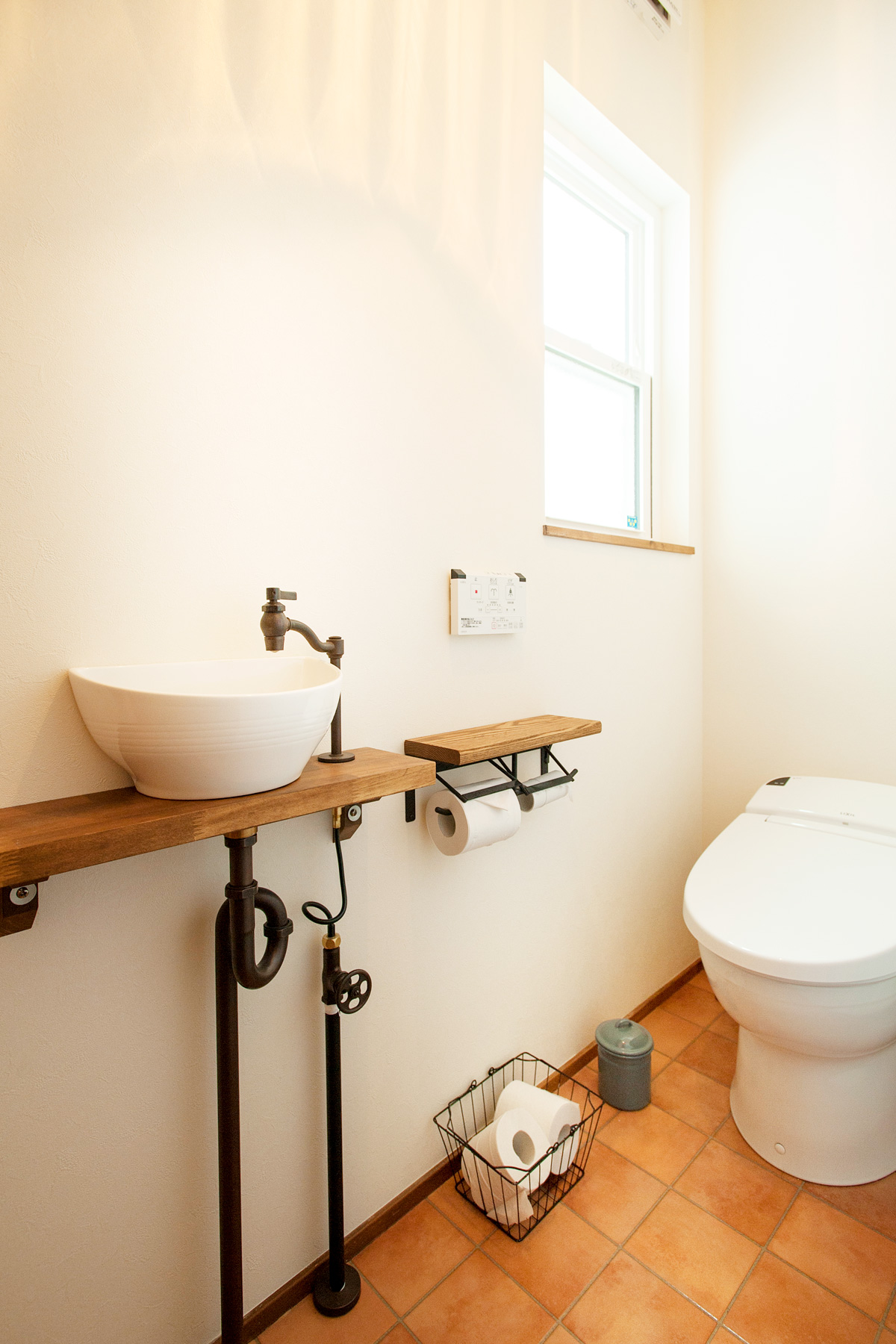 水栓や配管のデザインにもこだわったトイレ