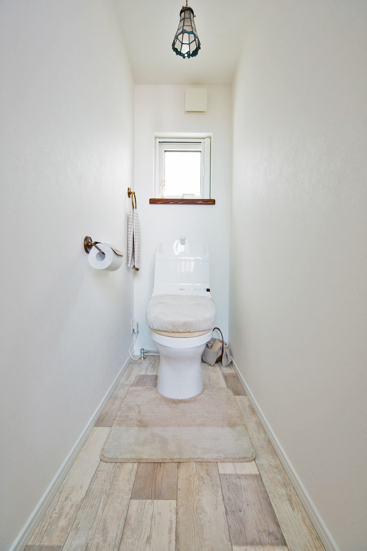 シンプルで清潔感のあるデザインのトイレ