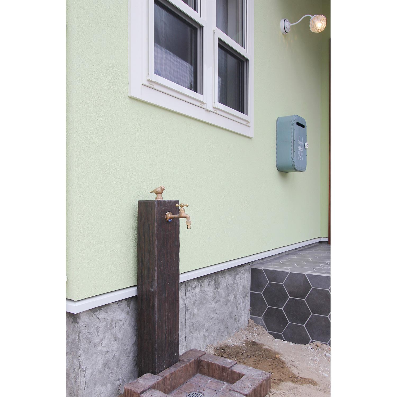 グリーンの塗り壁とも相性がよいナチュラルな雰囲気の水栓