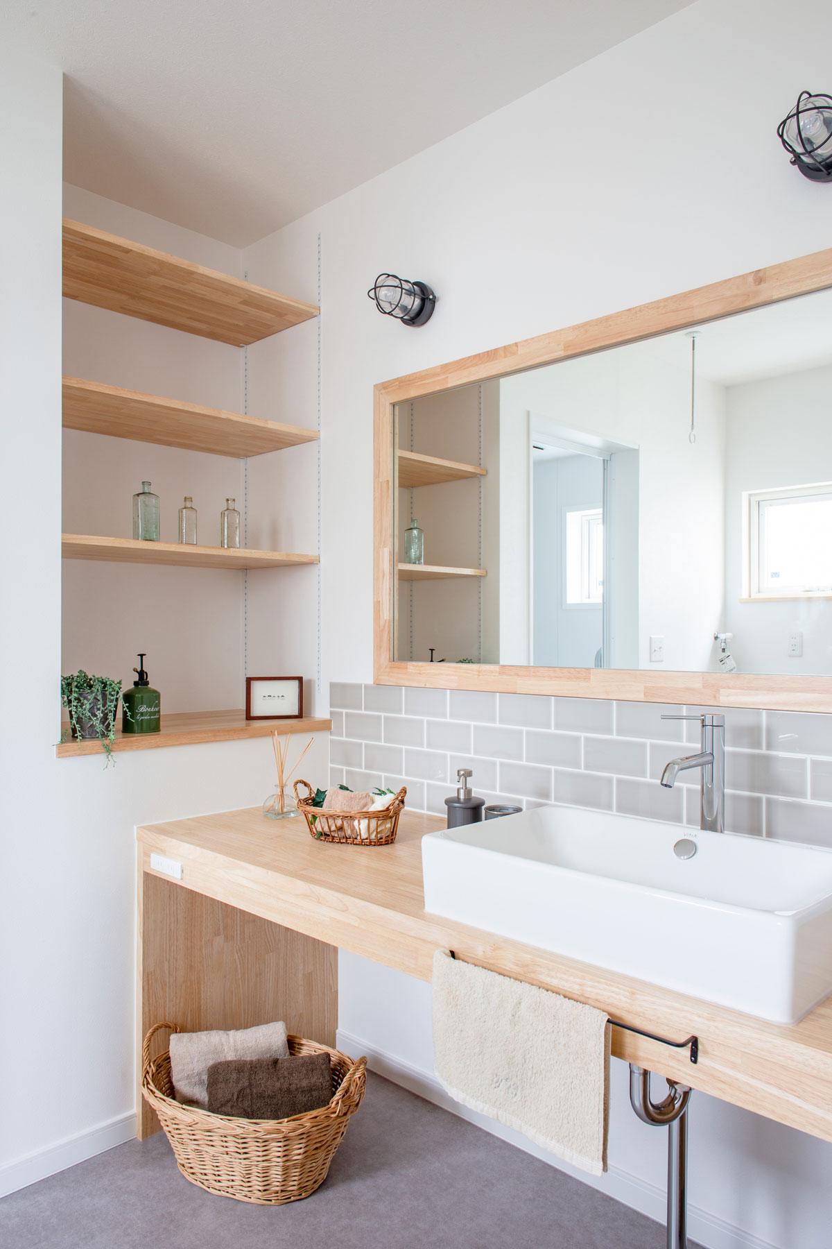 大きな鏡のオリジナル洗面台
