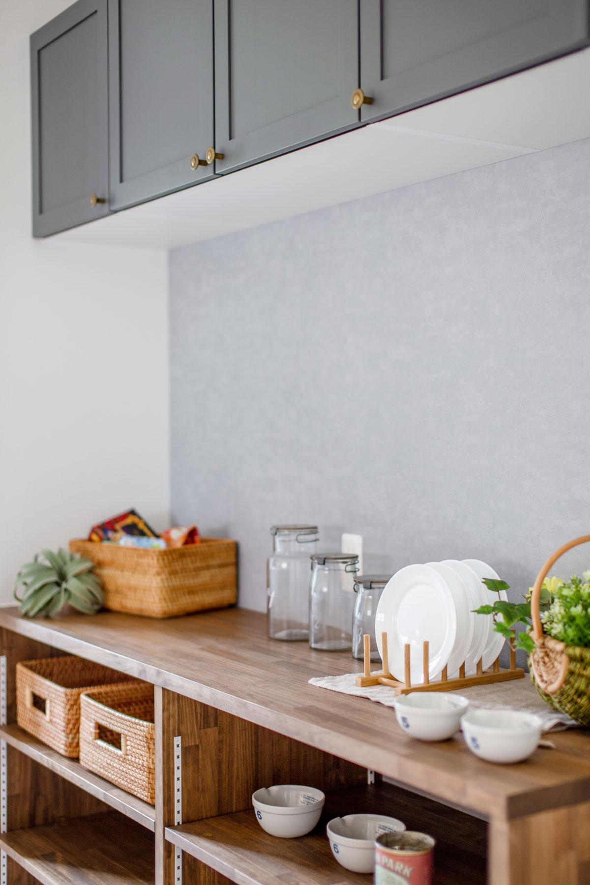 収納力とデザインに優れたキッチン背面収納
