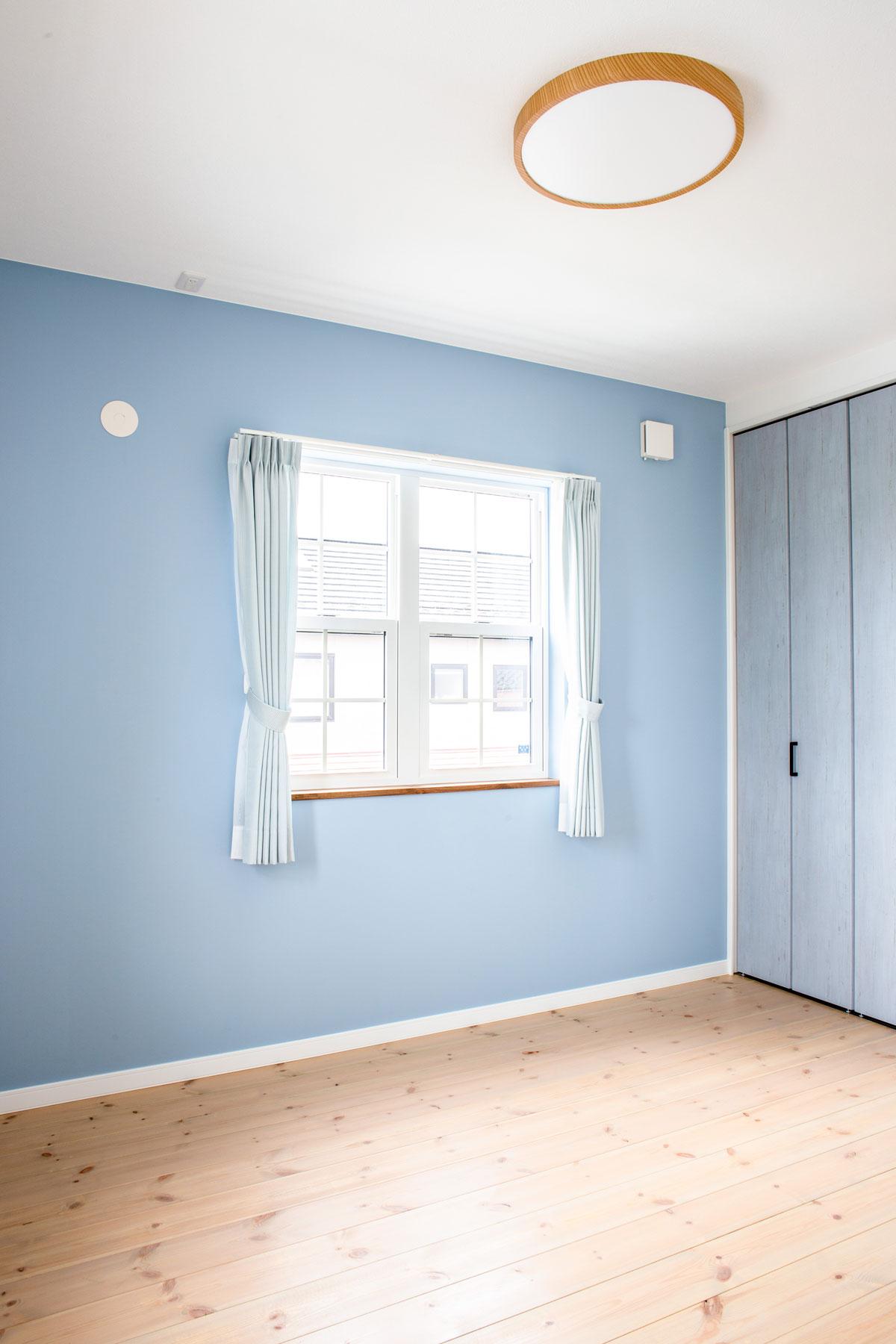 爽やかなブルーでペイントした子供部屋
