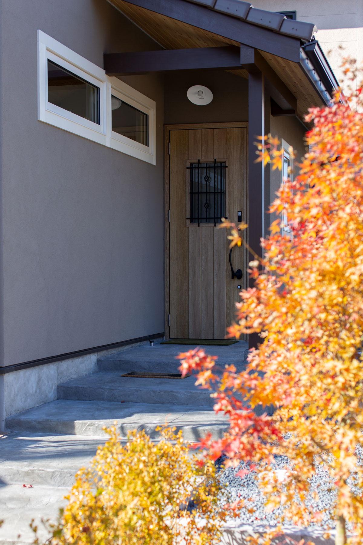 木々の四季を楽しめるママンならではの玄関ポーチ