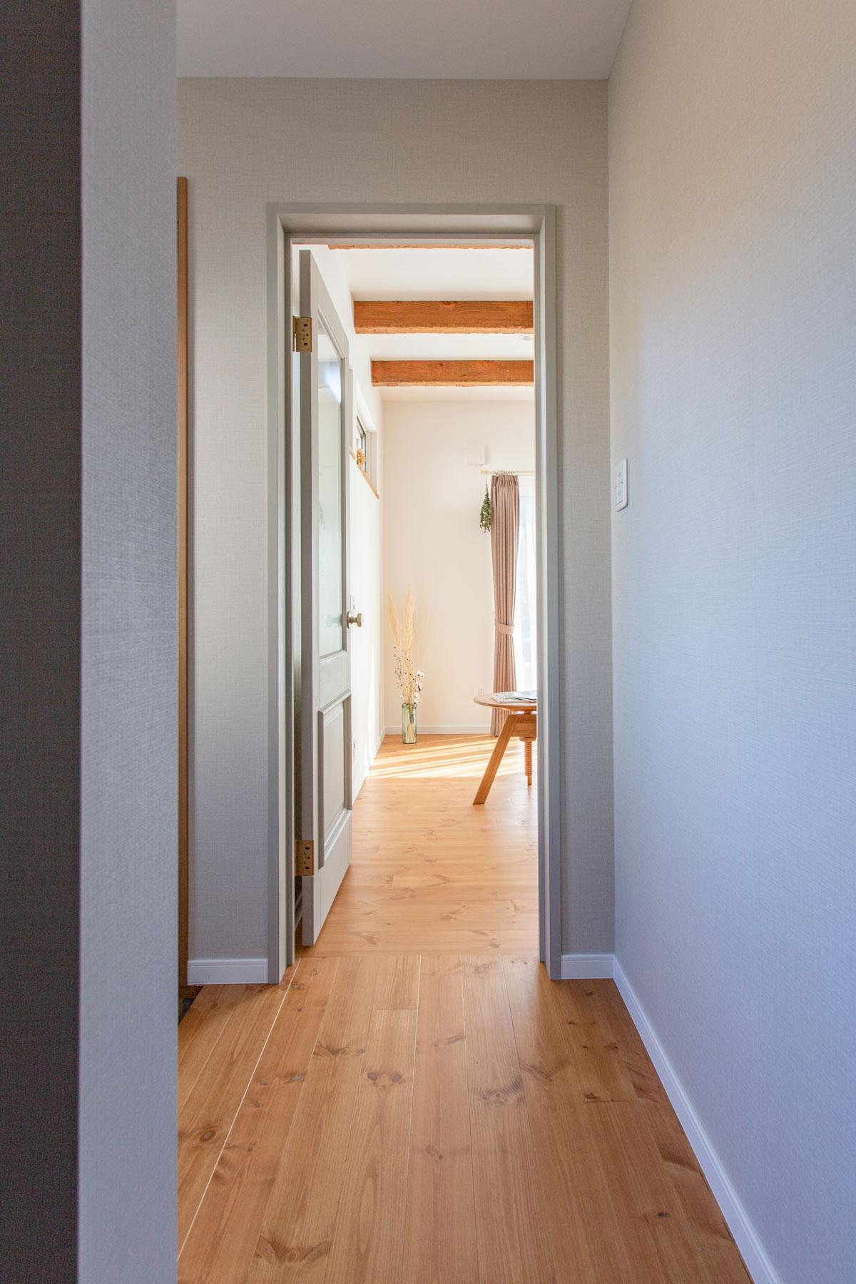 玄関ホールは家族と来客用で導線を整理