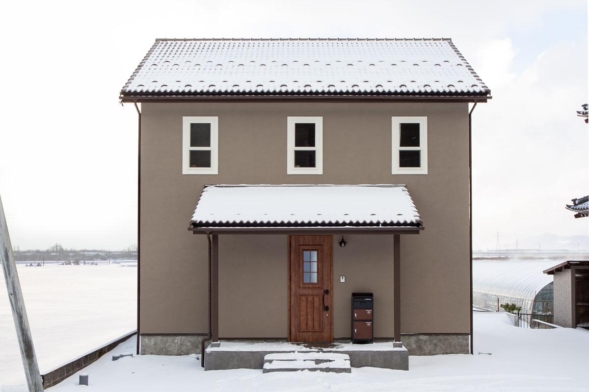 ブラウンの塗り壁がかわいいママンの家