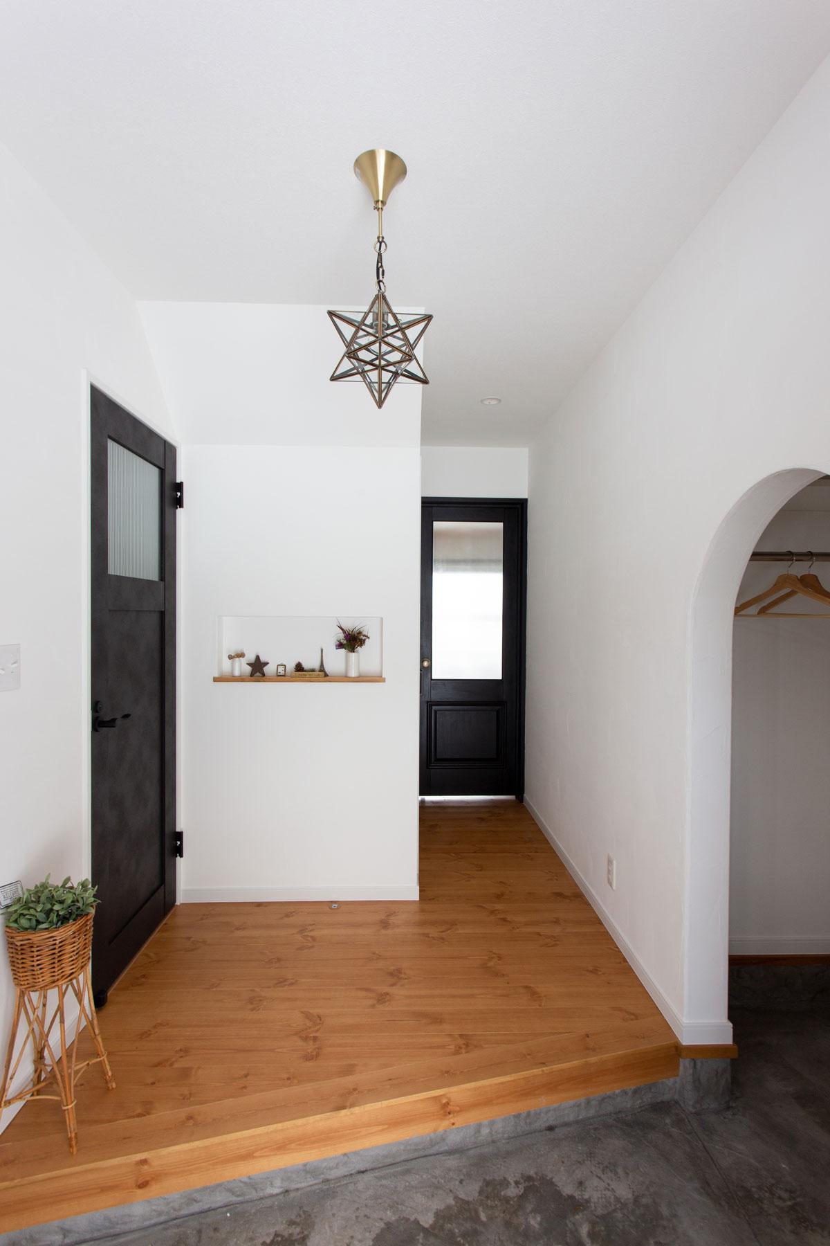 ブラックのリビングドアがおしゃれな玄関スペース