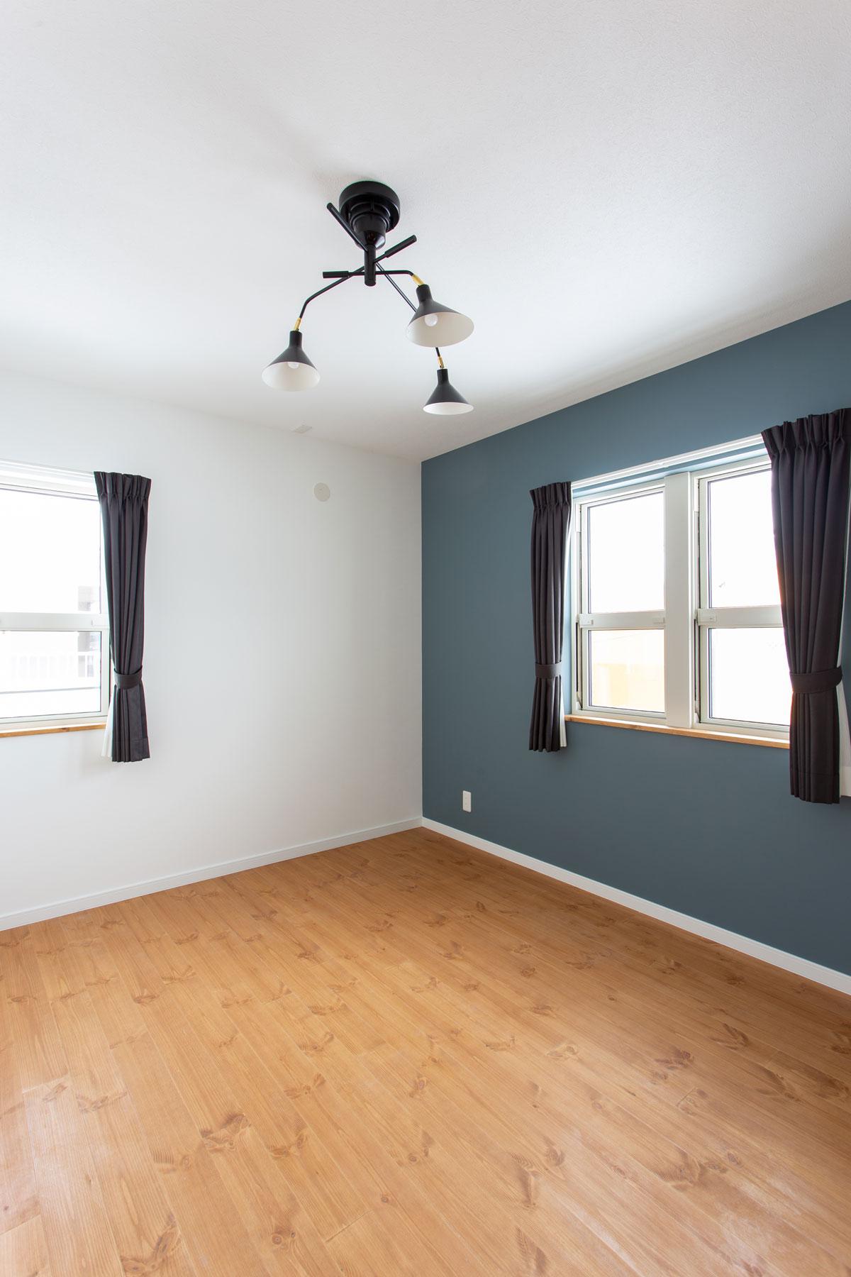 無垢の床と落ち着いたカラーリングの寝室