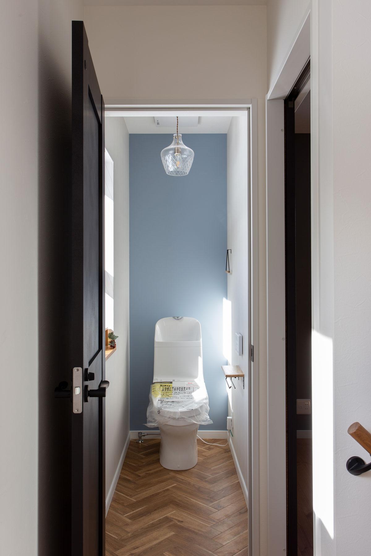 ブルーの壁紙をアクセントにした2Fトイレ